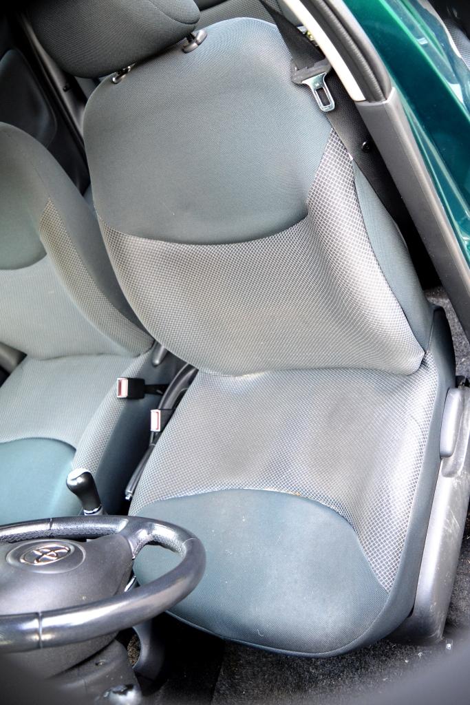 Yaris sedile anteriore prima.JPG